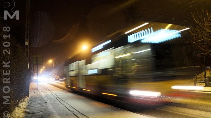 Wólka nocą - autobus linii 110 przy ciut tylko dłuższym czasie naświetlenia.